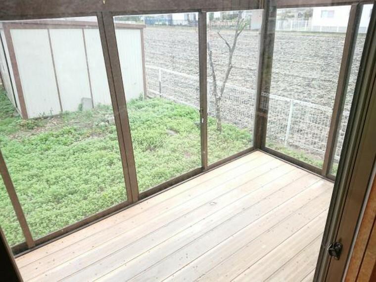 【リフォーム中】和室の隣の既存のサンルームは撤去し、新たにウッドデッキを造作します。屋根がなくなりますが、その分和室の日当たりがよくなります。洗濯物などもこちらに干してみてはいかがでしょうか。