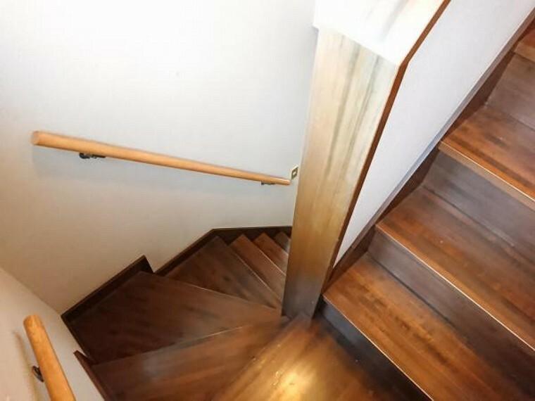 【リフォーム中】階段は床のクリーニング、クロスの張替、手すりの建付け調整を行います。一段一段が比較的広いので、小さなお子様やご高齢の方がおひとりの場合も安心して上り下りができますよ。
