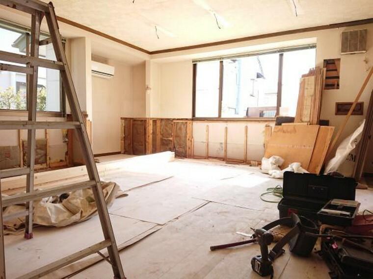 居間・リビング 【リフォーム中】約19帖のリビングはクロス、フローリングの張替をします。対面式のキッチンを設置してもダイニング、リビングスペースが確保された広いリビングです。団欒できる暖かい空間になりそうですね。