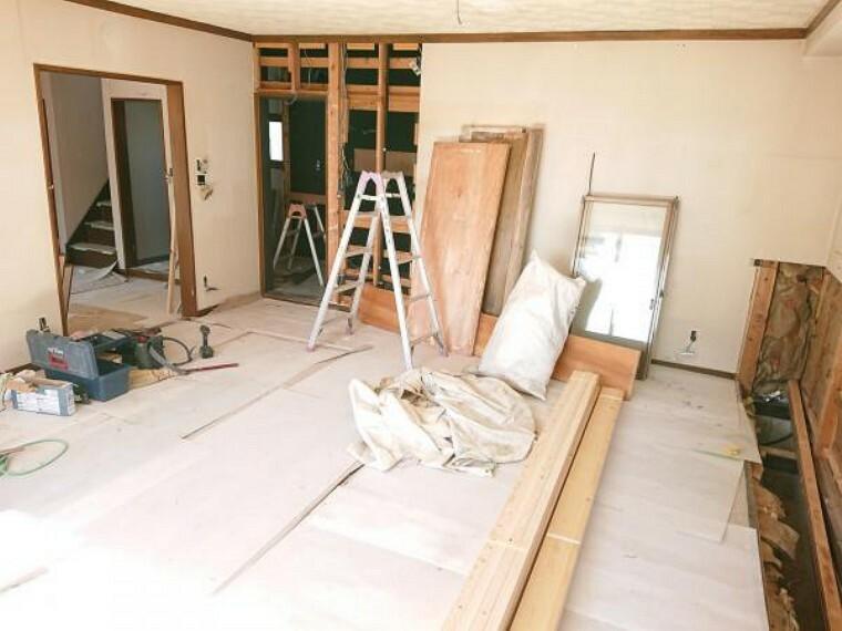 居間・リビング 【リフォーム中】新設する対面キッチンから見たリビングの角度です。ダイニングの北側に、広々とした食器棚スペースと食品庫を確保しているため、お引越しの際にサイズを測りなおして新調する必要はありませんよ。