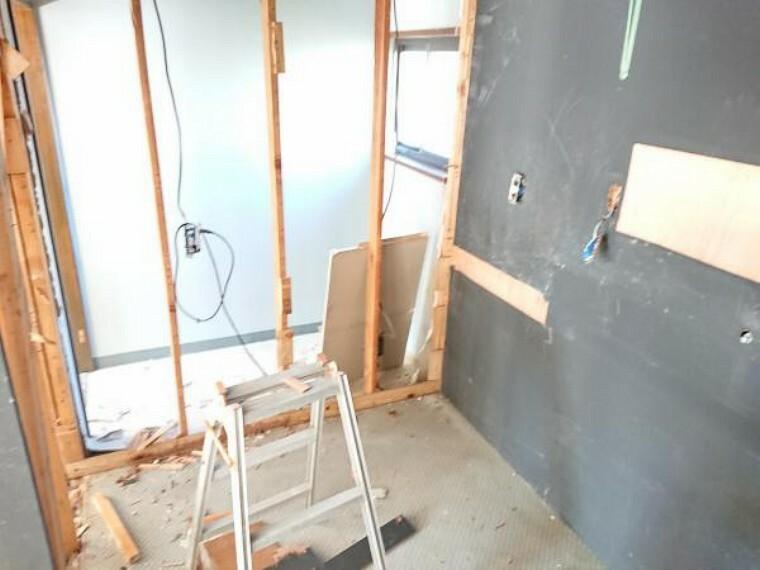 収納 【リフォーム中】ダイニングの横にある納戸です。既存の棚は撤去し、建具や壁の新設をし、使いやすいようリフォームします。アースも設けますので、電子レンジなどの家電もこちらのスペースでご使用いただけます。