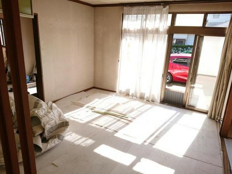 洋室 【リフォーム中】もともとはダイニングスペースでしたが、キッチンの移設、クローゼットを新設し、約9帖の洋室に変更します。窓自体1つですが、南側のお庭と隣接しているため、明るくお過ごしいただけますよ。