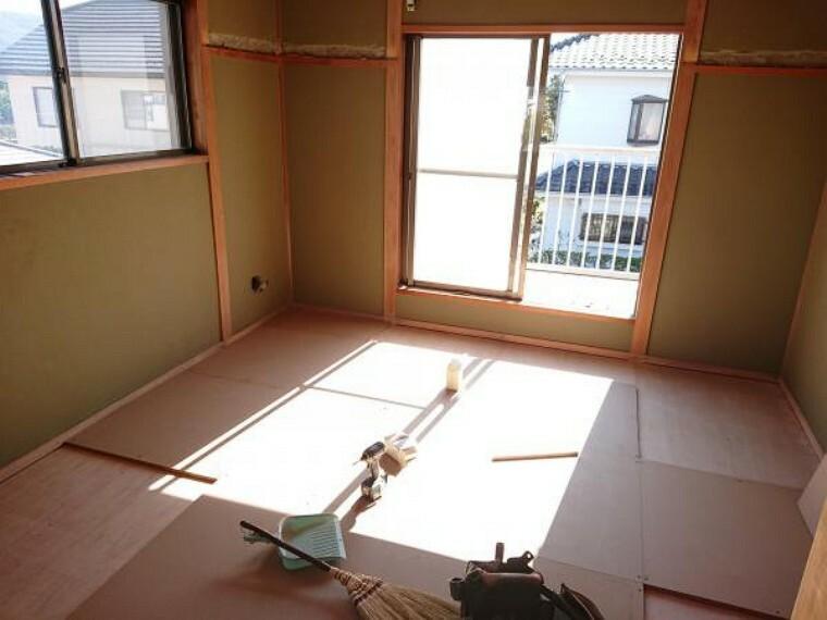 寝室 【リフォーム中】2階の東側の和室は洋室に変更するため、床はフローリングの張替工事を行います。南東向きの2面採光のため、日の光が差し込み、毎日気持ちのいい朝が迎えられますね。