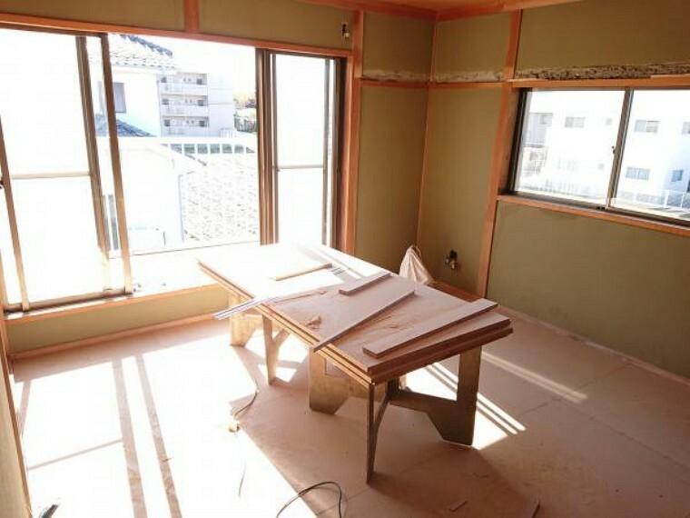 寝室 【リフォーム中】2階西側の和室も洋室に変更するため、床はフローリングの張替を行います。こちらも2面採光なので、昼間は照明がなくても明るいエコなお部屋です。クローゼットもあるため、収納にも困りませんね。