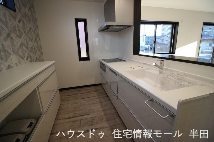 キッチン LDKを見渡せるカウンターキッチン  キッチンには食品のストックに便利な収納付