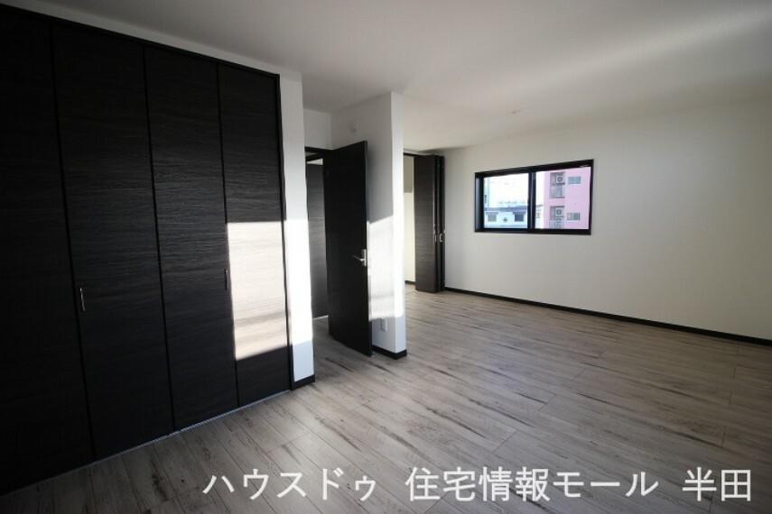 寝室 12.6帖の洋室は南向きでバルコニーに面した明るいお部屋です。