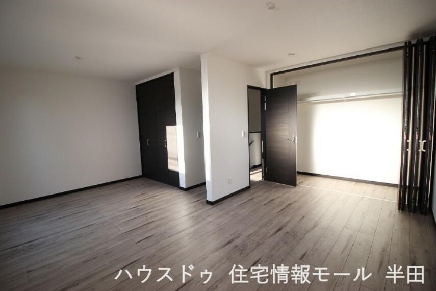 子供部屋 12.6帖洋室は2つのドアと収納を設置し、将来2部屋に分けられるようになっています