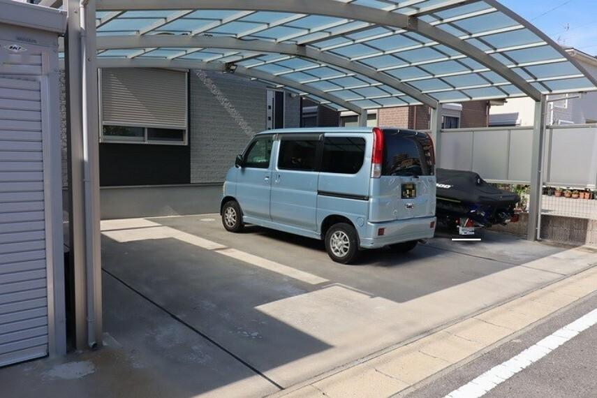 駐車場 3台駐車可能(車種による) カーポート付き  前道が6mと広く、車の出し入れもスムーズです!