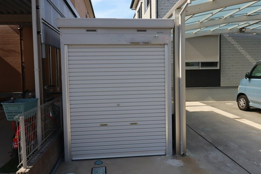 アウトドア用品などの収納にも便利なシャッター付き倉庫!