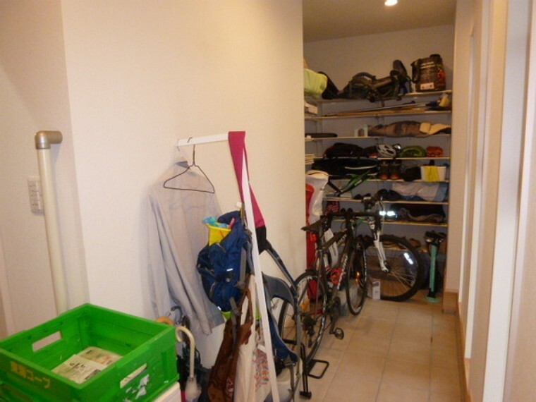 収納 玄関横のシューズ・クロークです。非常に広くて自転車2台が入っても余裕があります。写真に入り切りませんが、画面左側のずっと奥まで収納スペースがあります。