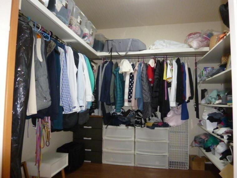 収納 2階のウォークインクローゼット。こちらも広い為、服がどんどん入ります。寝室ともつながっていて便利です。