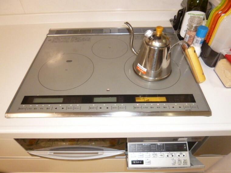 キッチン 食洗器、吊り戸棚、IHコンロなどが揃った上部に収納機能の多いキッチンです。