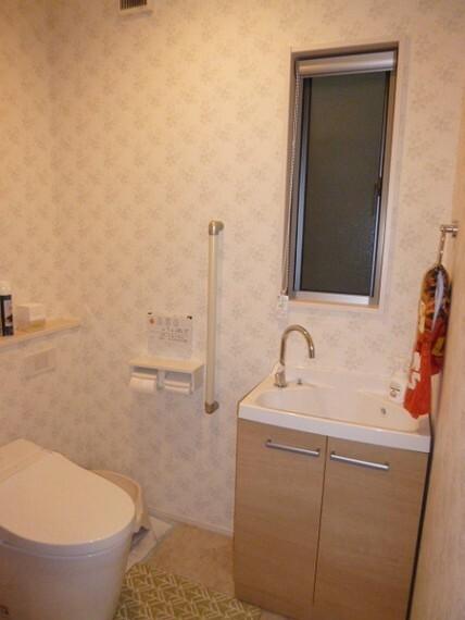 トイレ トイレは2か所あります。写真は2階のものです。お手洗いも内部に付いていて便利です。