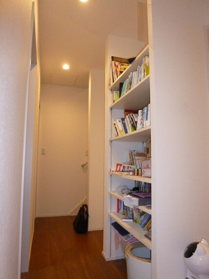 収納 2階の廊下にある本棚です。本好きな方にはホントに重宝します。