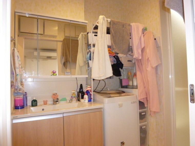 洗面化粧台 大きな鏡の付いた洗面です。