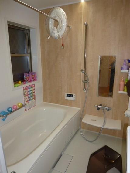 浴室 壁にはやさしい木の色を使っています。