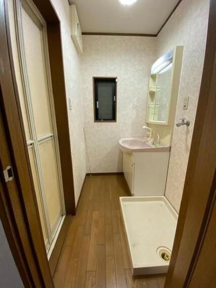脱衣場 ホワイトカラーでコーディネートした洗面室は明るく清潔感のある空間ですよ!