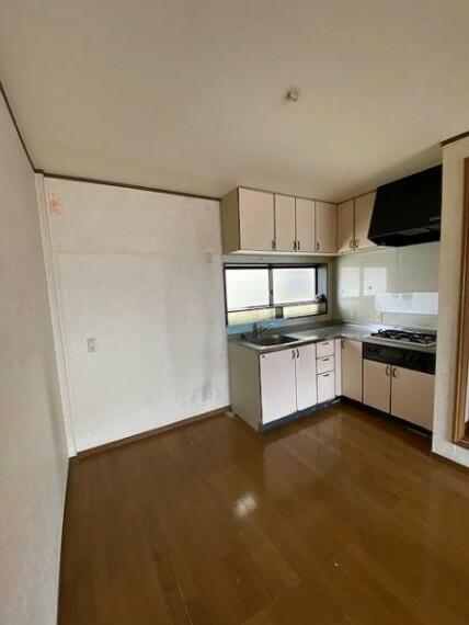 ダイニングキッチン 壁付のキッチンは家具の配置がしやすい!料理がはかどりますね!
