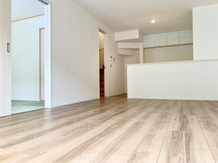 居間・リビング 【Living room】 導線もしっかりと取れているのでダイニングテーブルやソファー、ローテーブル等の家具もしっかりと配置できます。