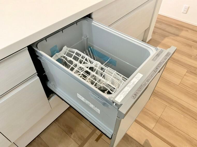 キッチン 【Kitchen】 手間をかけずに食後の後片付けができる食器洗乾燥機。食器の出し入れがスムーズなスライドタイプ。節水効果だけでなく、効率的に洗い物を配置できるようにラックがついています。