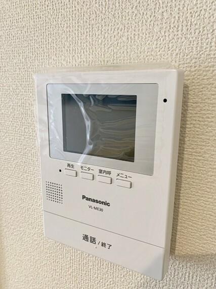 防犯設備 カラーモニターインターフォン 来訪者がはっきり分かるのでとても安心。 また留守中の来訪者の録画機能も付いています。