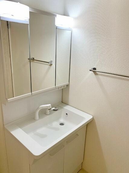 洗面化粧台 【Powder room】 鏡の裏に収納棚を確保した三面鏡付き洗面化粧台です。化粧品や歯ブラシなどを機能的に収納できます。
