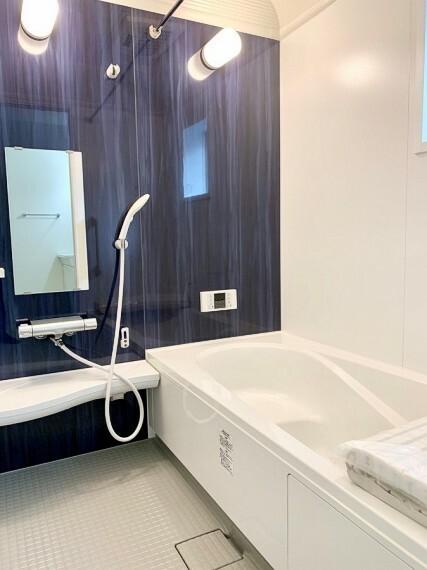 浴室 【Bathroom】 ゆったり入れる一坪サイズのバスルーム。疲れた体を癒してくれる嬉しい広さ。またお子様との入浴でも充分の広さです。