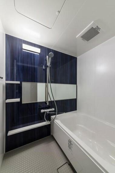 浴室 シックなバスルーム。ゆったりとした広さのバスタブで毎日の疲れを癒してくれます。2020.4月
