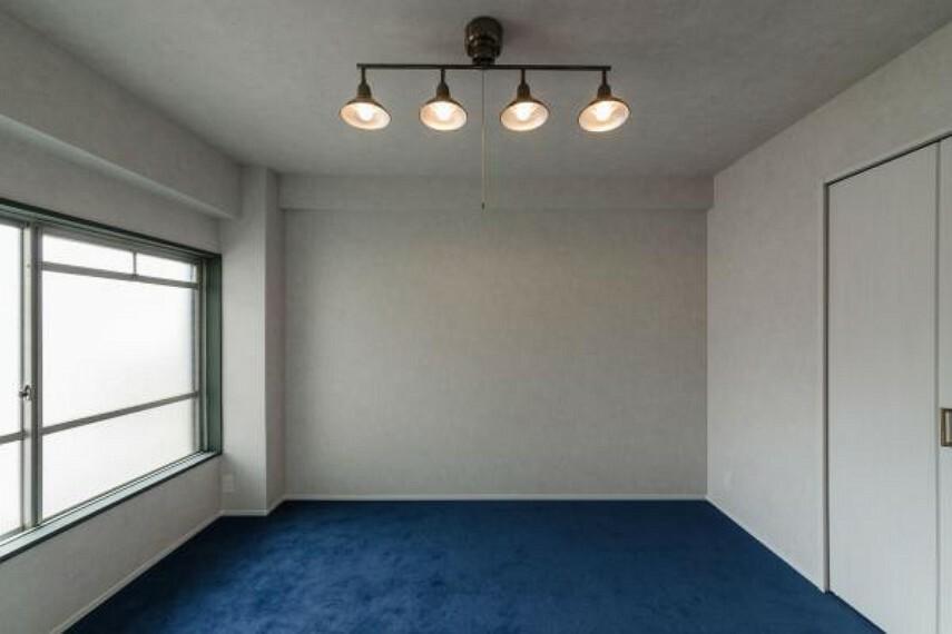 洋室 アクセントクロスと天井が同色になっております。ぜひ包まれるような安らぎをご体感下さい。2020.4月