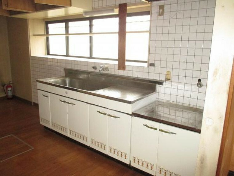 キッチン 【リフォーム前】キッチンはハウステック製のシステムキッチンへ新品交換します。扉は引き出し式になっており、奥までたっぷり収納できます。