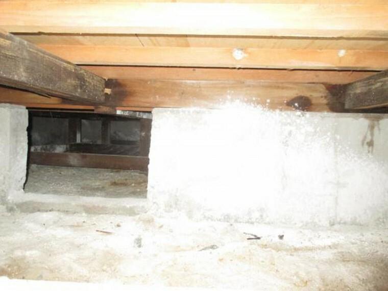 構造・工法・仕様 中古住宅の3大リスクである、雨漏り、主要構造部分の欠陥や腐食、給排水管の漏水や故障を2年間保証します。その前提で屋根裏まで確認の上でリフォームし、シロアリの被害調査と防除工事もおこないます。