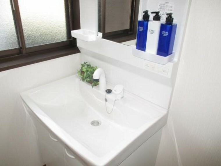 専用部・室内写真 【同仕様写真】新品の洗面化粧台は、花瓶やバケツの水汲みに便利なリフトアップ式。伸縮するシャワーホースで朝シャンも楽々。朝の時間短縮にも役立ちます