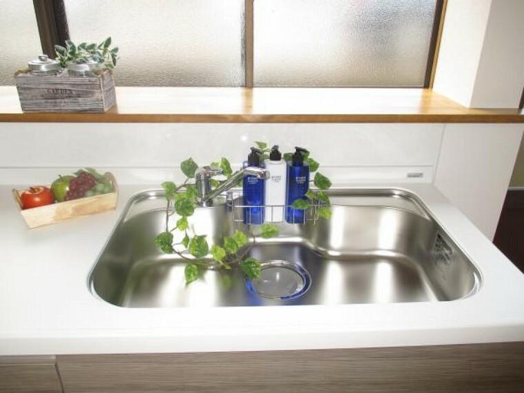 専用部・室内写真 【同仕様写真】システムキッチンのシンクはとても広く、大きな鍋も洗いやすく、センターポケット形状で、排水口がスムーズです。天板は人工大理石で熱に強く傷付きにくいですよ。