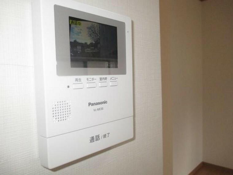 専用部・室内写真 【同仕様写真】ドアホンはカラーモニター付きです。留守中の来客も記録できるので、防犯面でも安心ですね。また、顔をあわせずに対応できますので、お子様のお留守番にも便利です。