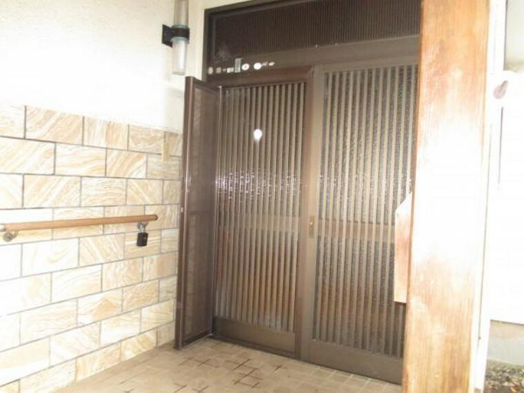 【リフォーム前】玄関は鍵交換を行います。防犯面でも安心いただけます。