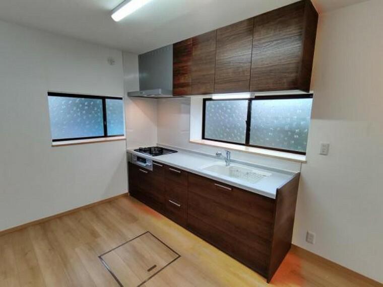 キッチン (リフォーム済)キッチンは永大産業製の新品に交換しました。天板は人工大理石製なので、熱に強く傷つきにくいため毎日のお手入れが簡単です。