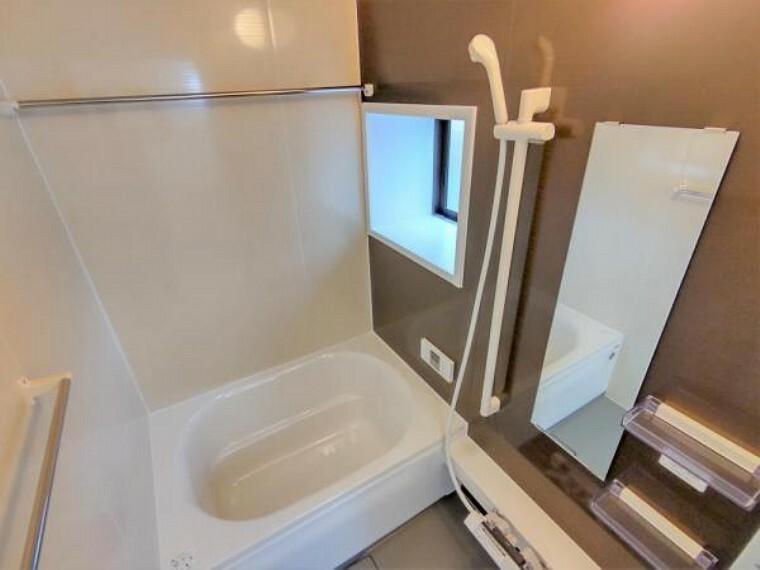 浴室 (リフォーム済)浴室はハウステック製の新品のユニットバスに交換しました。浴槽には滑り止めの凹凸があり、床は濡れた状態でも滑りにくい加工がされている安心設計です。