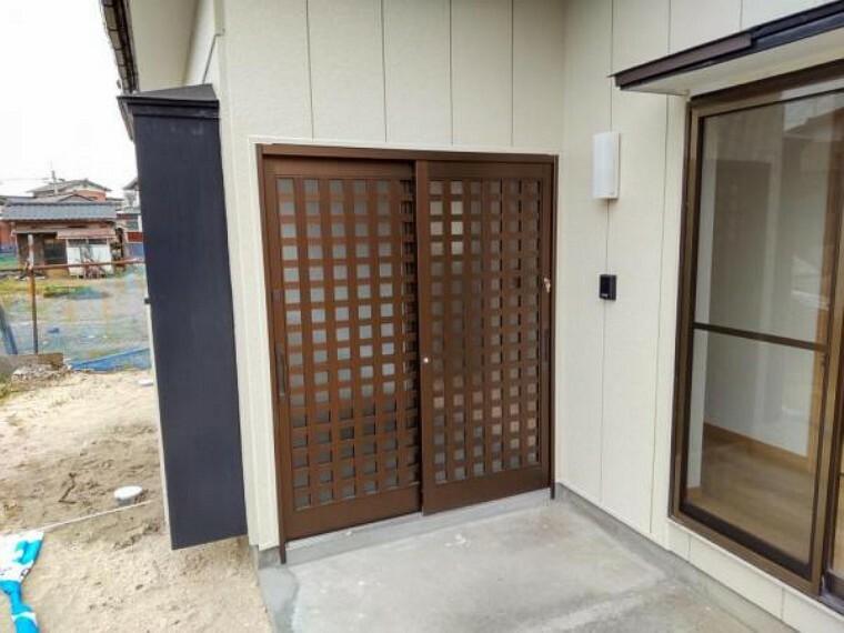 玄関 (リフォーム済)玄関は、玄関戸新品交換、モニターホン取付、等リフォーム工事をおこないました。玄関は住宅の顔なので、玄関戸が変わるとガラッと雰囲気が一新します。モニターホンを新設して防犯性も向上します。