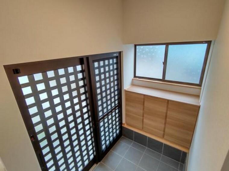 玄関 (リフォーム済)玄関ホールは、シューズBOX交換、壁天井クロス貼替、床タイル貼、照明交換、等リフォーム工事をおこないました。シューズBOXは幅1.2メートルのものに交換するのでたっぷり収納できます。