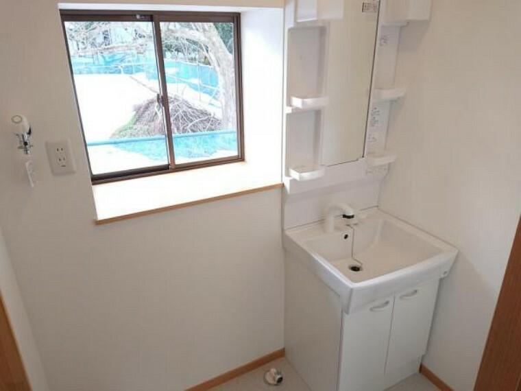 (リフォーム済)洗面化粧台はハウステック製の新品に交換しました。間口60cmの洗面ボウルは洗顔・洗髪はもちろん、つけ置き洗いにも使えます。コンセント付きです。