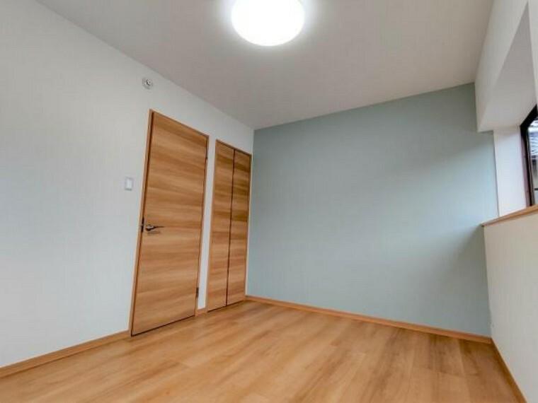 (リフォーム済)2階東側6帖洋室は、和室から洋室へ改装しました。壁天井クロス貼替、フローリング重貼、建具交換、照明交換をしました。南側と東側にサッシがあり明るいお部屋です。