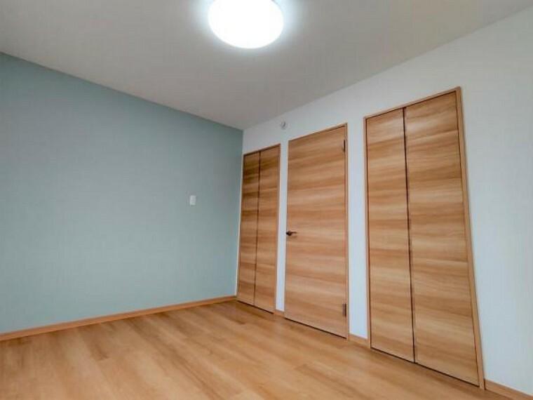 (リフォーム済)2階西側6帖洋室は、壁天井クロス貼替、フローリング重貼、建具交換、照明交換をおこないました。0.5帖分の大きさのクローゼットが2つあり収納もバッチリです。