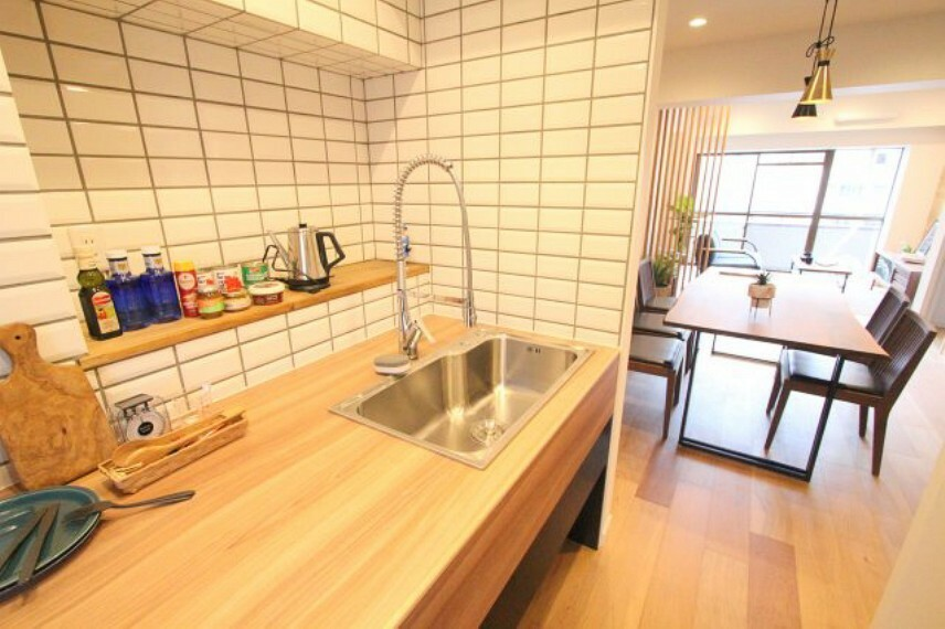 キッチン 半独立型キッチンで急な来客時にも困りませんね!