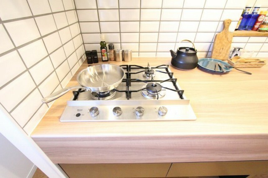 キッチン 4口コンロでお料理もはかどりますね