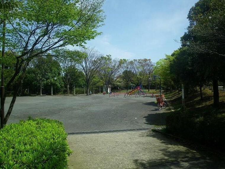公園 荏子田公園(●横浜市の中でもひときわ緑の潤いに満ちた青葉区。公園数や街路樹数は、市内でも一番多く、街のいたるところで緑を感じます●)