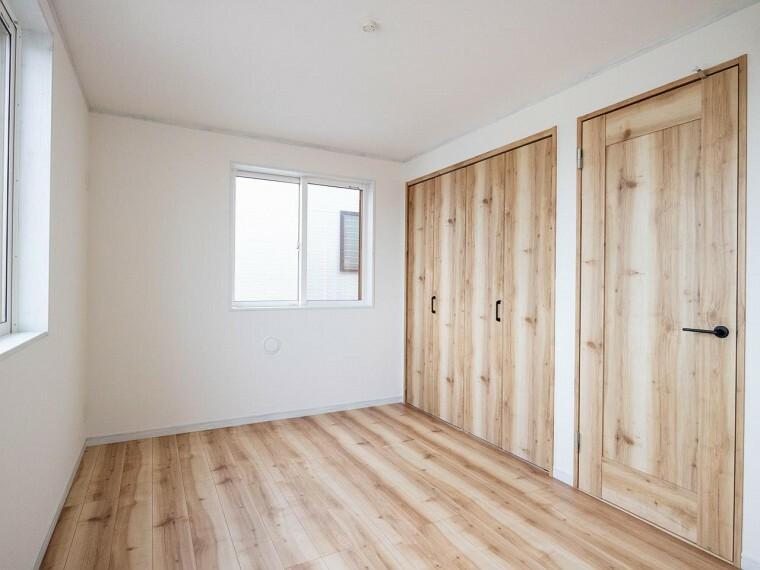 寝室 穏やかな風と陽光を導き、プライバシーに配慮された設計プランを採用し、居住性を一段と心地よいものにしています。