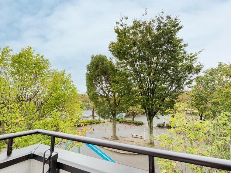 眺望 木々の緑がまぶしい、豊かな緑と静寂。ずっと見ていたいと思わせてくれる景色。