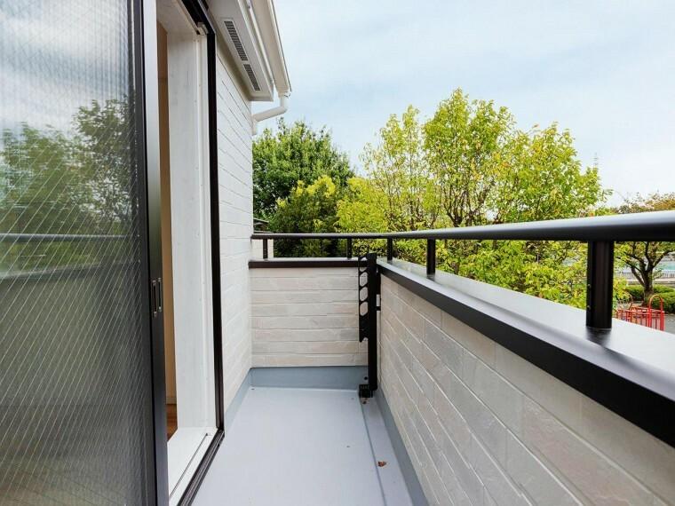 バルコニー この開放感ある眺望と共に閑静な住宅街の季節感を演出する四季折々の変化を楽しめる心地よい場所となることでしょう。