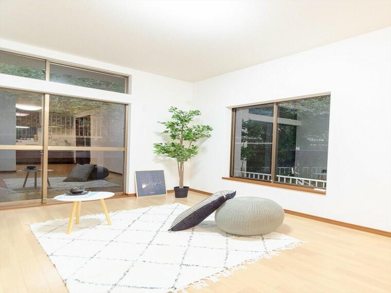 居間・リビング 落ち着いた雰囲気に包まれた伸びやかな空間で、ゆったりとした時間を過ごせます。