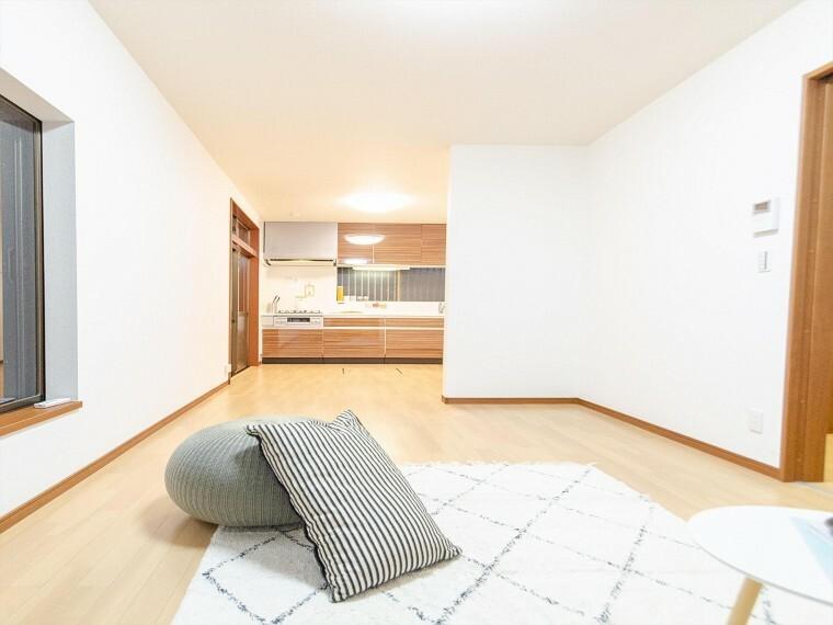 居間・リビング 柔らかな色合いのフローリングと清潔感の溢れるクロスが明るい空間を創り出しているリビングダイニング。